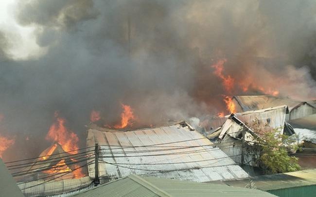 Hà Nội: 10 xưởng gỗ bốc cháy dữ dội