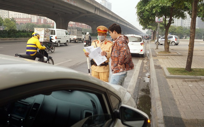 Dán thông báo phạt 'nguội' lên ô tô dừng đỗ sai quy định ở Hà Nội