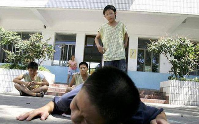 Con trai bị bắt nạt ở trường, bà mẹ dạy con hướng giải quyết không giống ai nhưng lại thu được kết quả cực ngọt ngào