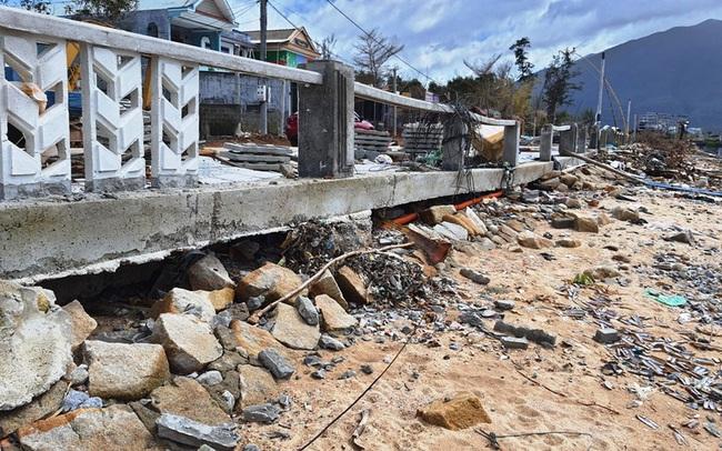 Phố đi bộ hơn 170 tỷ ven đầm ở Lăng Cô tan nát do thủy triều dâng cao?