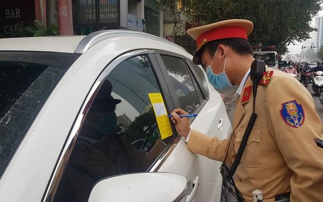 """Nhiều tài xế ôtô bất ngờ trong ngày đầu cảnh sát dán thông báo """"phạt nguội"""""""