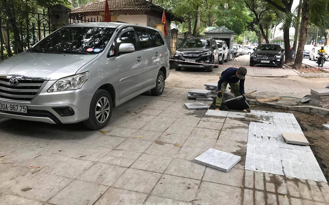 Hà Nội: Vỉa hè chưa lát đá xong, ô tô đã đỗ kín