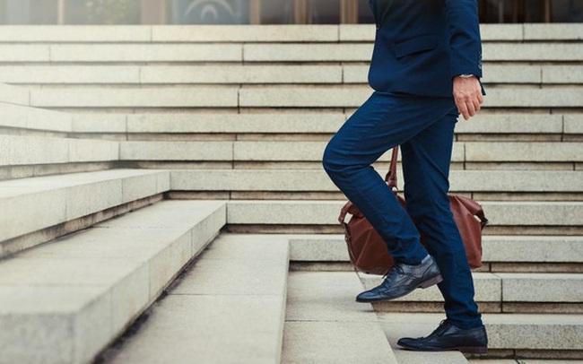 Nhìn dáng đi đoán tính cách: Người chịu được cô đơn thích khoanh tay đi bộ, người hướng nội tác phong nho nhã