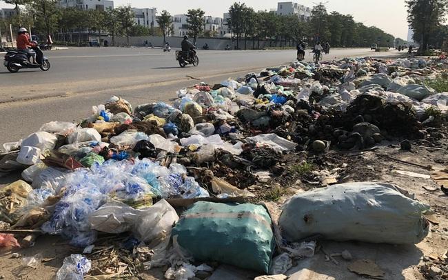 Hàng loạt 'bãi rác' tự phát gây ô nhiễm đường phố Hà Nội