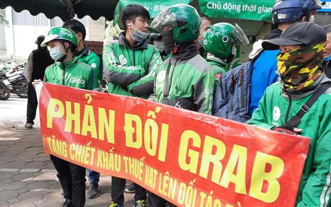 Hàng trăm tài xế căng băng rôn phản đối Grab tăng chiết khấu bù VAT, Grab nói gì?