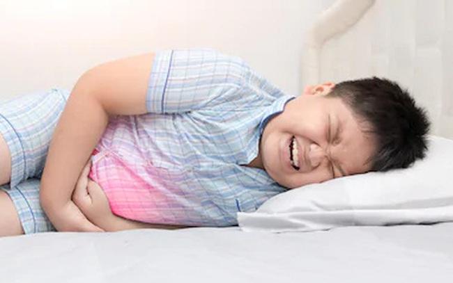 Hai bé 9 và 11 tuổi nhập viện trong tình trạng đau bụng, tiểu ra máu: Bác sĩ chẩn đoán mắc bệnh người lớn do một thói quen ăn uống tai hại