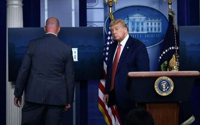 Nổ súng bên ngoài Nhà Trắng, mật vụ đưa ông Trump sơ tán khỏi cuộc họp báo