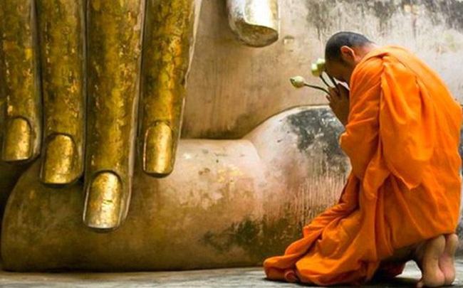 Cầm tờ giấy trắng quỳ trước tượng Phật, đến lúc chịu không nổi, chàng trai mới nhận ra sai lầm kinh điển nhiều người đang mắc
