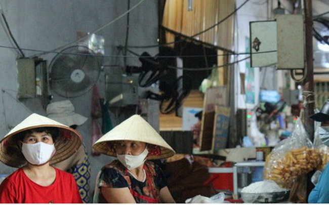 Ảnh: Người Hà Nội đeo khẩu trang đi chợ tuân thủ phòng chống Covid-19