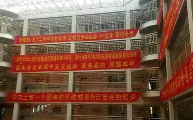 Bên trong trường chuyên khắc nghiệt hàng đầu Trung Quốc: Học 15 tiếng/ngày, phải xây rào chắn ngăn học sinh tự tử