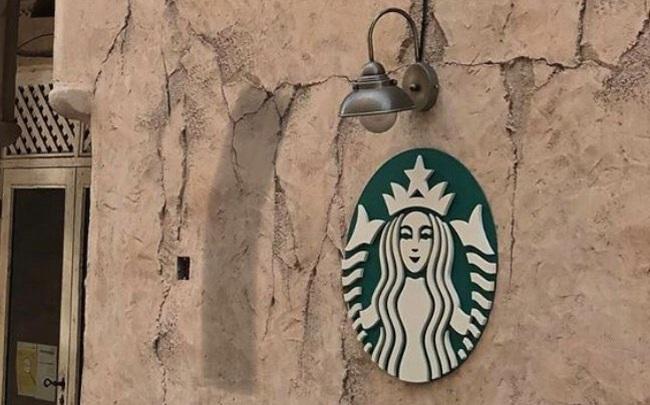 Cửa hàng Starbucks tại xứ siêu giàu gây bất ngờ với mái lá, tường nứt cũ kỹ như kiểu nhà đất Việt Nam