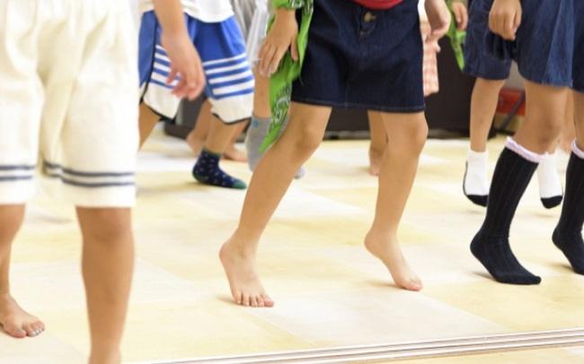 Để trẻ đi chân đất: Cách giáo dục đặc biệt của người Nhật Bản