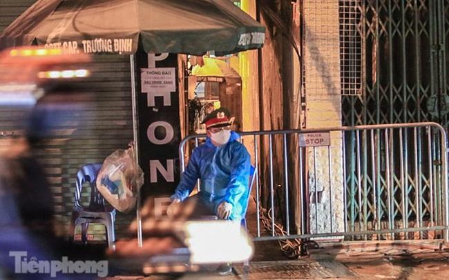 Phong tỏa ngõ trên phố Trương Định có người nghi mắc COVID-19 trong đêm