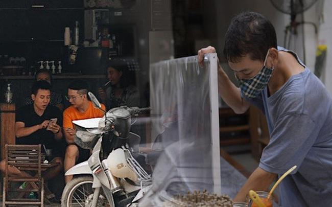 Hà Nội trong ngày đầu tiên giãn cách hàng quán: Bàn được lắp vách ngăn, khách ngồi cách xa nhau hơn 1 mét