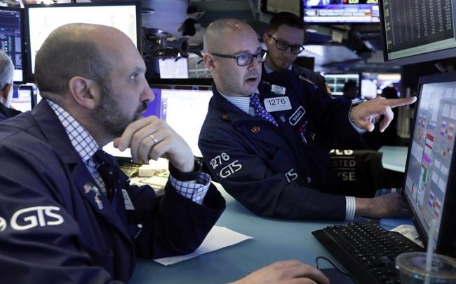 Fed đưa ra triển vọng ảm đạm về kinh tế Mỹ, Phố Wall quay đầu giảm điểm bất chấp vốn hoá Apple đạt 2.000 tỷ USD