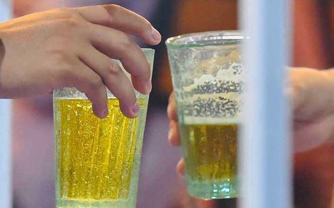 Quán bia Hà thành thời COVID, dân nhậu cụng ly qua vách ngăn