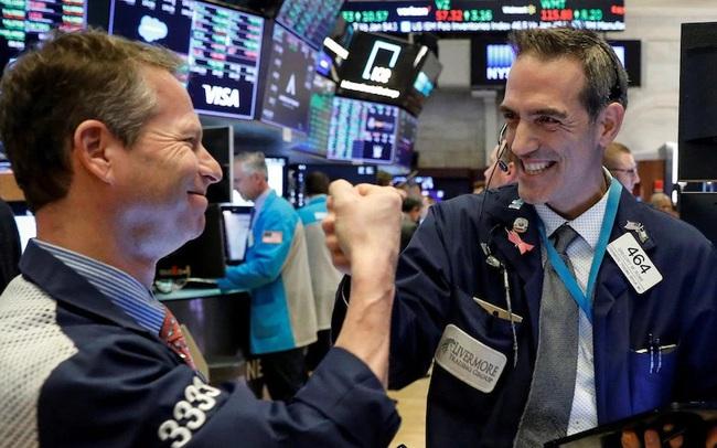 Số liệu kinh tế khả quan, S&P 500 và Nasdaq chạm mức cao nhất mọi thời đại, cổ phiếu Apple tiếp tục lập đỉnh