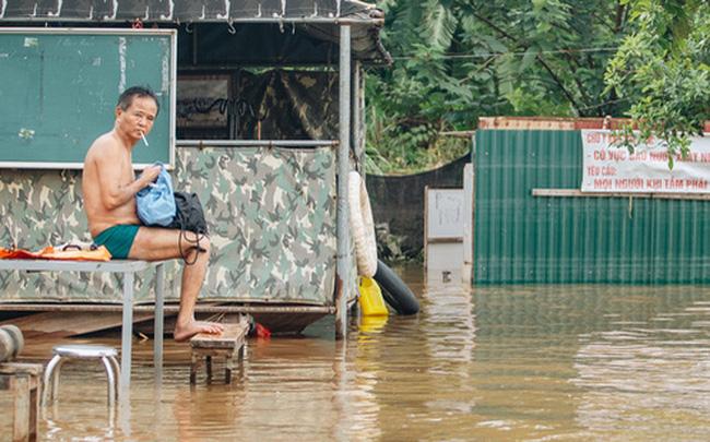 Ảnh, clip: Nước sông Hồng dâng cao, người dân Hà Nội bì bõm tập thể dục