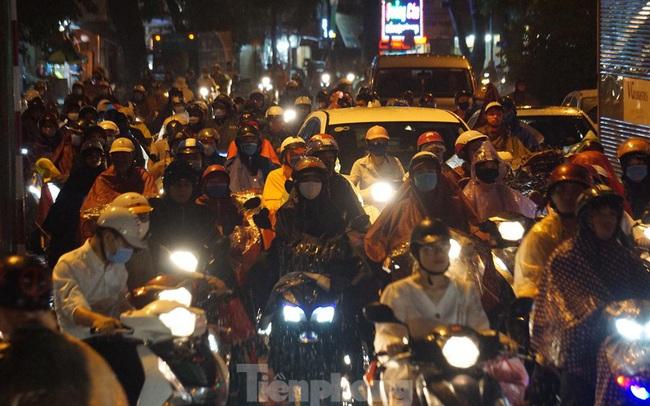 Giao thông tại nhiều tuyến phố Hà Nội tê liệt sau cơn mưa lớn