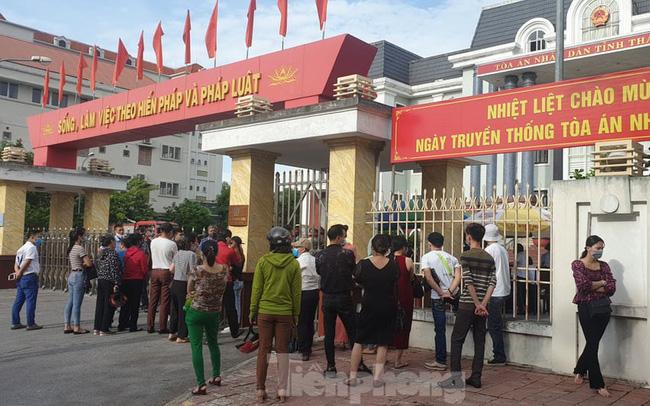 Hàng trăm người dân đội nắng theo dõi vợ chồng Đường 'Nhuệ' và đàn em hầu toà