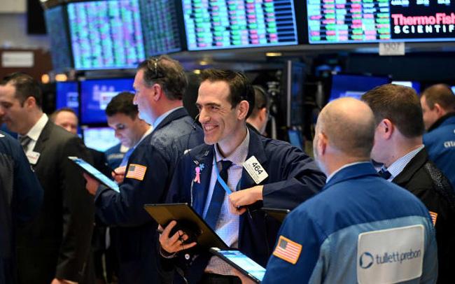 Cổ phiếu Apple rớt giá lần đầu tiên trong 6 phiên, S&P 500 và Nasdaq vẫn chạm đỉnh lịch sử