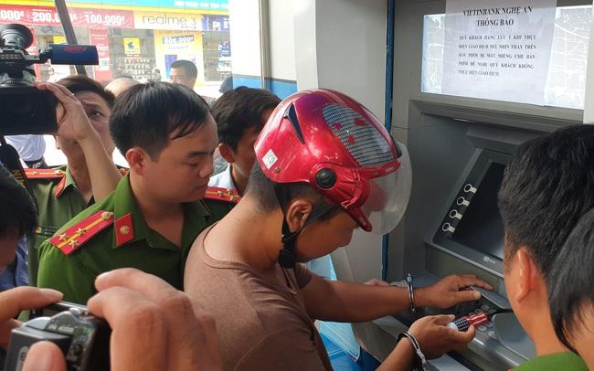 3 người Trung Quốc gắn thiết bị camera ở hàng loạt cây ATM để lấy cắp tiền