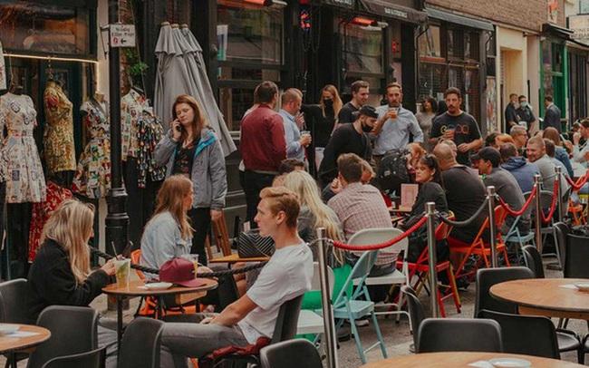 Chính phủ Anh trả 50% hóa đơn cho người dân đi ăn nhà hàng