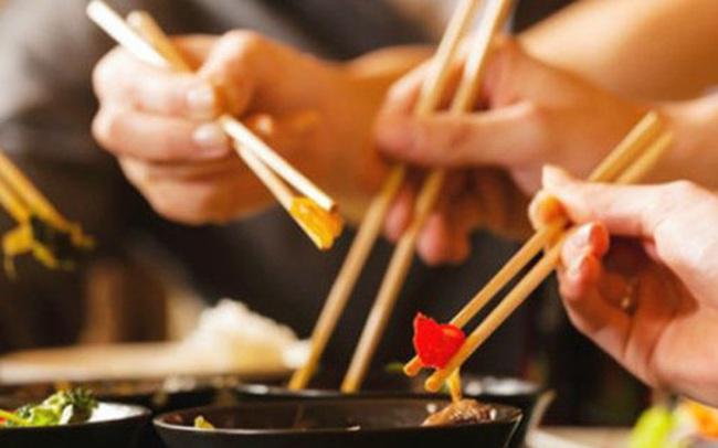 Bắt gặp nhân viên đang túm tụm ăn thức ăn thừa của khách, chủ khách sạn lại gần và làm 1 việc khiến tất cả kinh ngạc