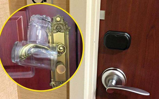 """Mẹo """"sống còn"""" khi đi khách sạn: Chỉ với 2 chiếc cốc nhưng có thể cứu giúp bạn nếu không may có kẻ đột nhập lúc đang ngủ say"""