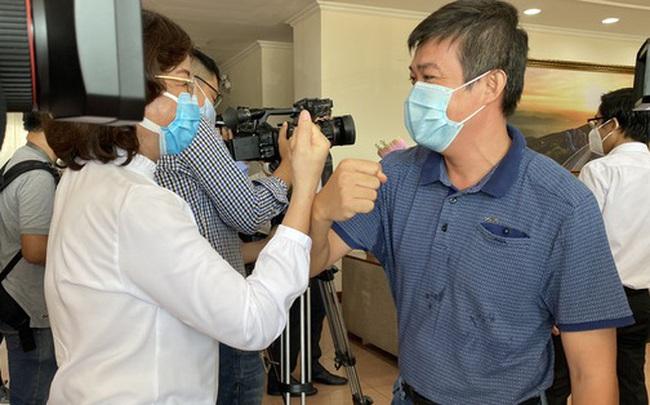 Xúc động giây phút chia tay đoàn y, bác sĩ Bệnh viện Chợ Rẫy rời Đà Nẵng