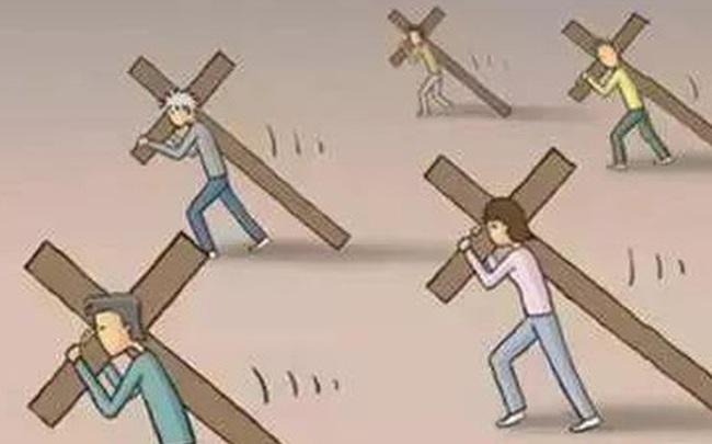Cắt ngắn cây thập tự để di chuyển dễ dàng hơn, người đàn ông phải trả giá đắt vì hiểm họa khôn lường ngay trước mặt