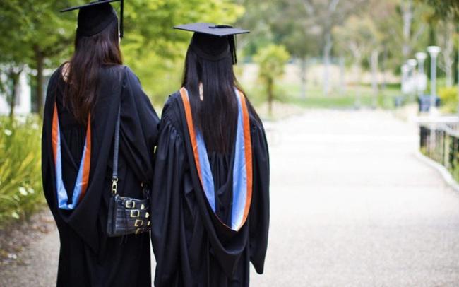 """Học sinh gốc Á nỗ lực để đứng đầu những ngôi trường danh tiếng: """"Kim bài quý giá"""" giúp các gia đình thoát cảnh kỳ thị, tìm thấy chỗ đứng trong xã hội"""