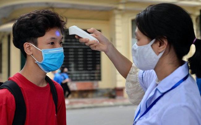 Chùm ảnh kỳ thi chưa từng có trong lịch sử: Thí sinh đeo khẩu trang kín mít, xếp hàng đo thân nhiệt đi thi THPT Quốc gia