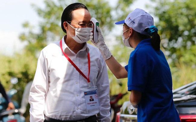 Đi kiểm tra phòng thi, Bộ trưởng Giáo dục được đo nhiệt độ, sát khuẩn tay