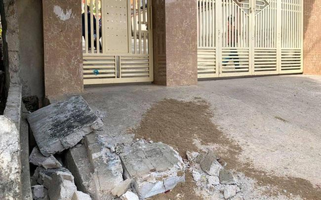 Bức tường ngoài cổng trường sập đè học sinh lớp 5 tử vong ở Nghệ An