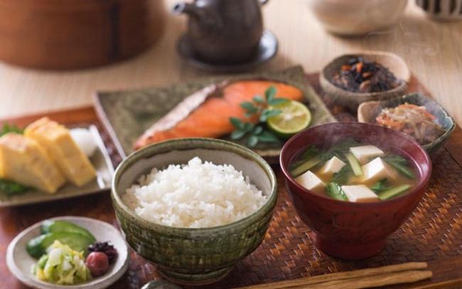 Thường xuyên ăn cơm nhưng vì sao người Nhật hiếm khi béo phì, lại còn sống thọ bậc nhất thế giới? Hóa ra cách họ tiêu thụ gạo cũng rất đáng để học tập