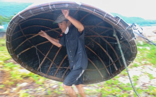 Người dân Đà Nẵng hối hả neo đậu, di dời tàu thuyền chống bão số 5