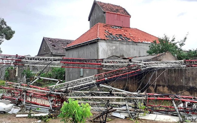 """Sau bão, nhiều hộ dân vẫn bị cô lập trong """"biển"""" nước, cột viễn thông cao cả trăm mét bị xô đổ"""