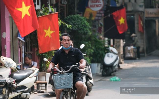 """Chùm ảnh: Đường phố rợp sắc đỏ Quốc kỳ, người dân thư thả đón Quốc khánh trong lòng """"một Hà Nội khác lạ"""""""