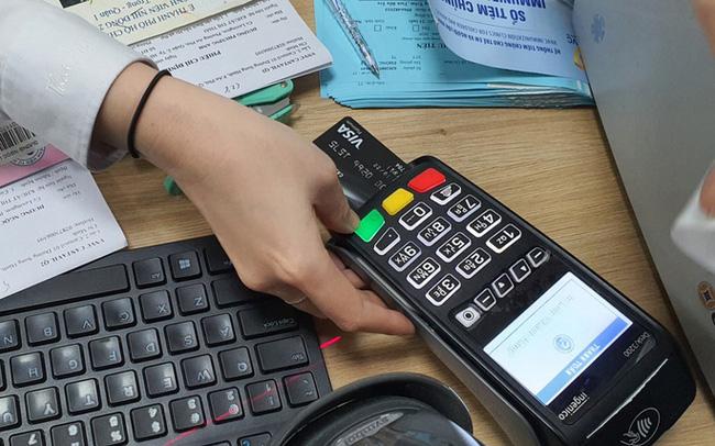 """Coi chừng ôm """"cục tức"""" khi xài thẻ tín dụng"""