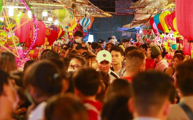 [Ảnh] Người dân chen chân check-in ở phố đèn lồng Sài Gòn trước Trung thu