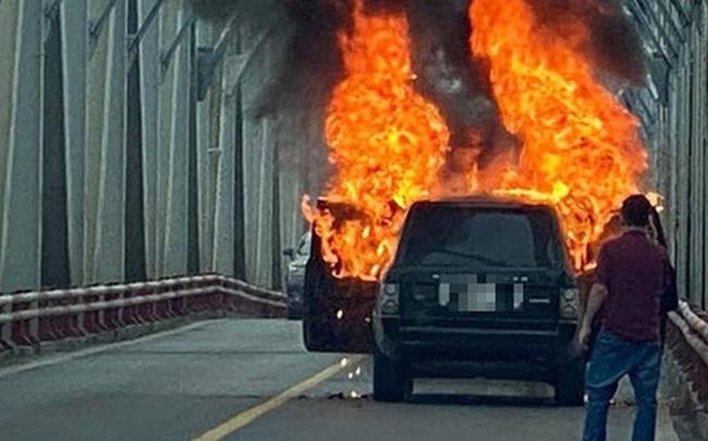 Hiện trường vụ xe sang Range Rover bốc cháy trơ khung sắt trên cầu Chương Dương