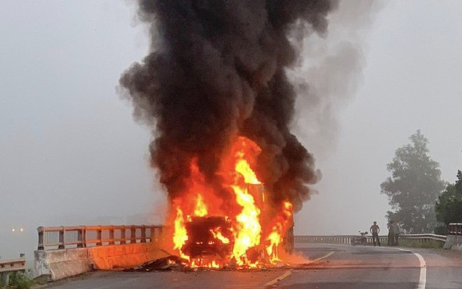 Xe container bốc cháy dữ dội, tài xế bung cửa thoát thân