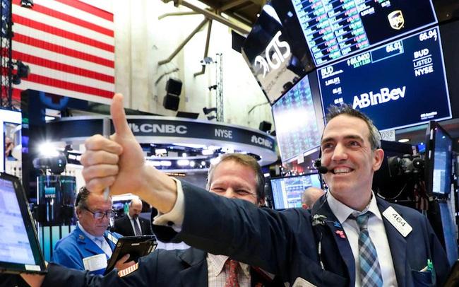 Hứng khởi trước một loạt thông tin tích cực, Phố Wall tiếp nối đà tăng ở phiên trước, Dow Jones tăng hơn 400 điểm