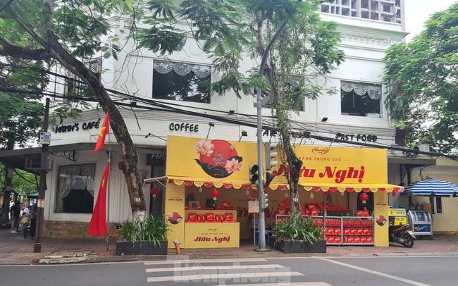 Hàng loạt tuyến phố ở Hải Phòng bị chiếm dụng bày bán bánh trung thu