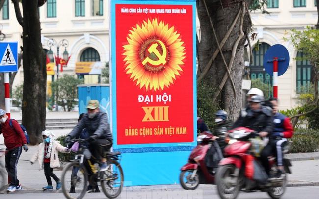 Hà Nội rực rỡ cờ, áp phích chào mừng Đại hội XIII của Đảng