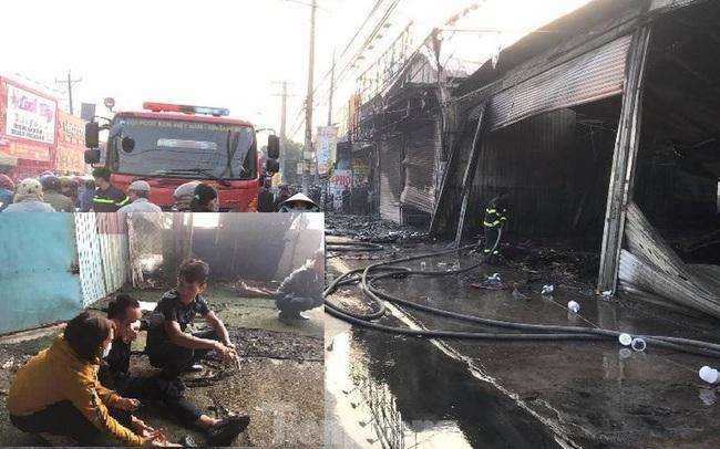 Nhiều người ôm mặt khóc nhìn lửa thiêu rụi đại lý xe máy và tiệm giày dép