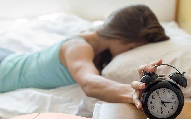 Đừng để 5 thứ này gần đầu giường, nếu không bạn sẽ bị rụng tóc, ngủ kém, sức khỏe giảm sút
