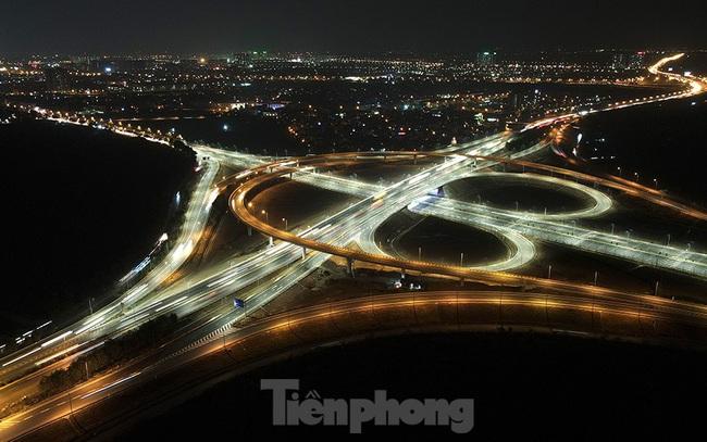 Mãn nhãn với cầu vượt 'trăm tỷ' ở Thủ đô lung linh trong đêm