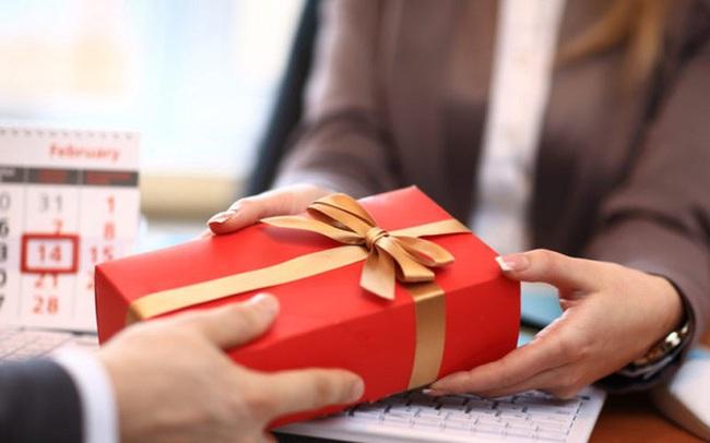 Làm sao để tặng quà sếp dịp Tết nhưng vẫn tránh được thị phi chốn công sở?